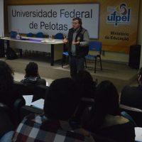 Vice-reitor fala ao grupo de professores
