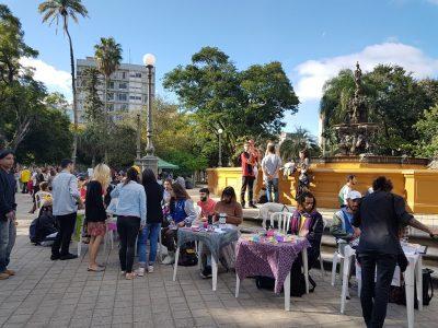 Pessoas visitam a Feira das Artes na Praça