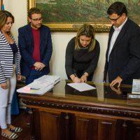 Autoridades assinam o documento do convênio.