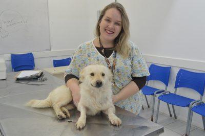 A pesquisadora Pâmela posa com a paciente Brisa
