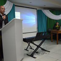 Na imagem, palestrante fala para o público no evento