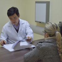 médico conversa com paciente