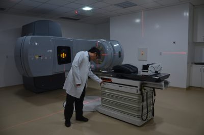 Médico testa equipamento novo