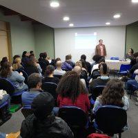 Imagem mostra pesquisador conversando com a plateia