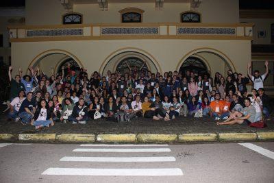 Grupo reunido no encerramento, em frente à Faculdade de Agronomia