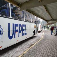 Ônibus da UFPel estacionado no Capão do Leão