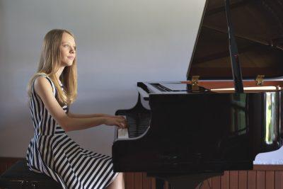 Mariaclara tocando piano