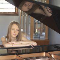 Mariaclara em frente ao piano