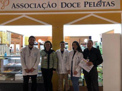 Alunos e professores em frente ao estande da Associação Doce Pelotas