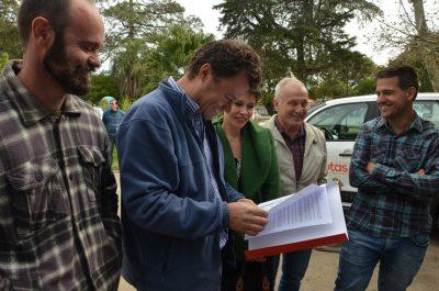 Equipe da Proplan com o documento