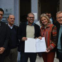 Reitor recebe documento da prefeita, secretário municipal de Qualidade Ambiental, presidente da Câmara e vice-prefeito