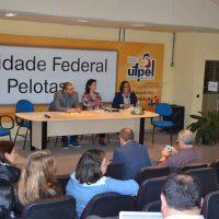 Reitor da UFPel, coordenadora do encontro e pró-reitora da UFPel na mesa dos trabalhos.