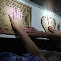 Populares sentem, com as mãos, as obras expostas na Fenadoce
