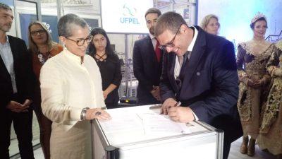 Reitor e secretária de Cultura assinam o documento