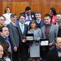 Otávio Peres recebe placa de deputados, na Assembleia.