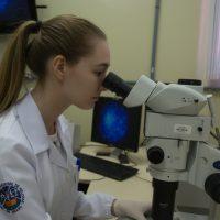 Estudante trabalha no laboratório da Biotecnologia.