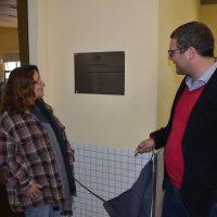 Mãe de Andrew e reitor descerram a placa de homenagem.