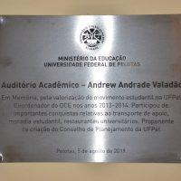 Imagem da placa com a homenagem a Andrew.
