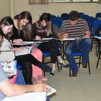 Estudantes trabalham em sala de aula.