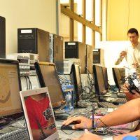 Alunos atuam em laboratório da Tecnologia da Informação.