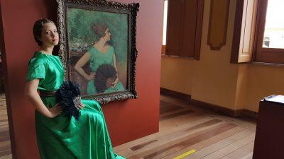 Aluna reproduz imagem do quadro retrato de Dora