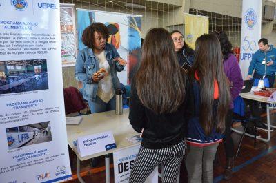 Moças falam sobre assistência estudantil