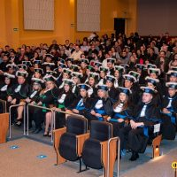 Turma de formandos sentada nas cadeiras do novo auditório
