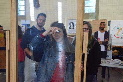 Estudante desenha em vidro
