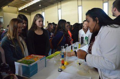 Estudante mostra itens do curso de Química
