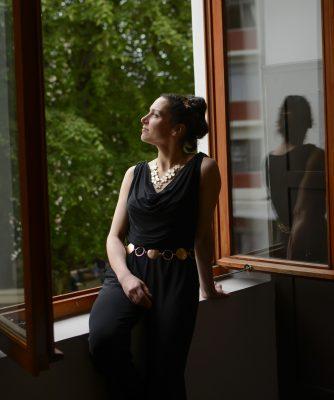 Alexandra Aubert na janela