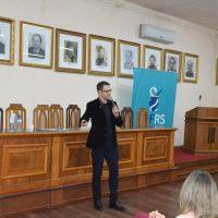 professor Claiton fala durante o seminário.