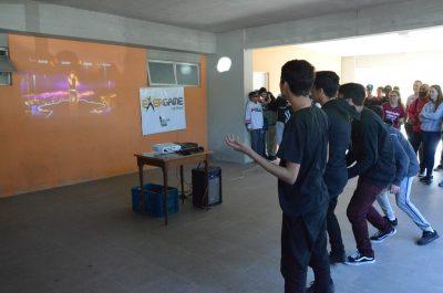 Estudantes dançam com os exercícios via videogame