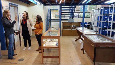 Coordenadoras mostram material em exposição