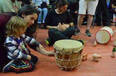 moça e bebê observam instrumento