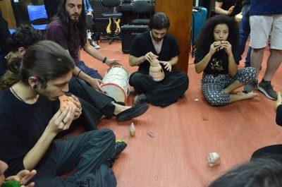 músicos fazem dinâmica de integração
