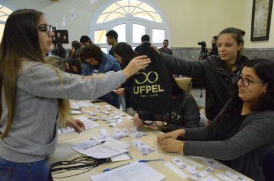 estudante inscrita recebe o material
