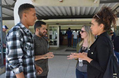 colegas da Biologia conversam em frente ao RU