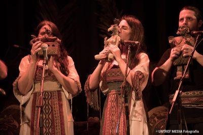 músicos tocando instrumentos ancestrais