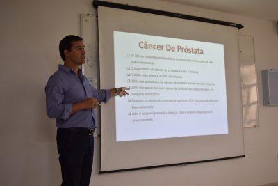 Urologista Felipe Camacho em palestra