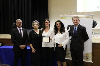 Professora recebe prêmio