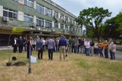 comunidade do IFM em frente ao prédio