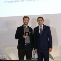 Hartwig recebendo o prêmio