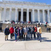 Grupo de participantes do programa em frente ao monumento no qual discursou Martin Luther King